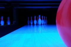 Hiwi Bowling Kugel auf Bowlingbahn bei Schwarzlicht